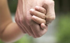 father_and_child_holding_hands_CBR002752
